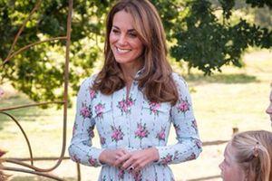 Kate Middleton luce un vestido midi floreado perfecto para resaltar las curvas en el verano