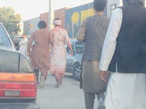 Reportan ataque suicida y disparos a un avión en el aeropuerto de Kabul, Afganistán