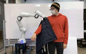 Robot desarrollado por ingenieros del MIT ayuda a personas con movilidad reducida a vestirse