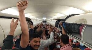 Vídeo mostra momento em que passageiros comemoram voo de resgate