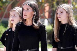 Prendas y accesorios de la reina Letizia que sus hijas Leonor y Sofía han llevado a la perfección