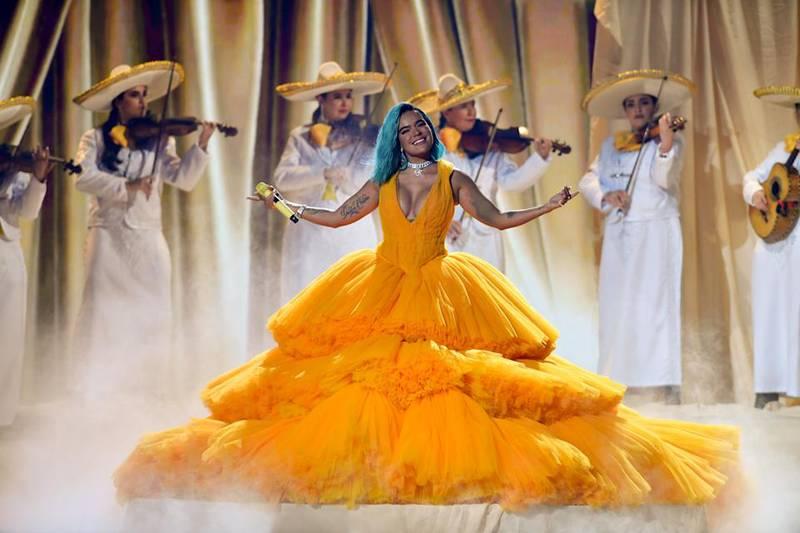 Las críticas del público hacia Karol G por cantar con mariachi y la reacción de Angela Aguilar